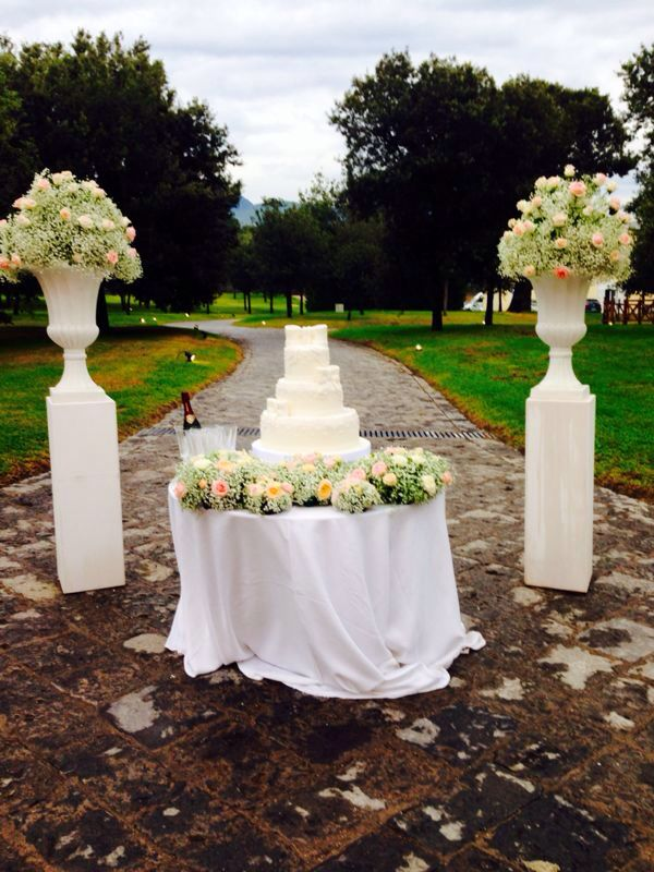 Matrimonio In Total White : Alba catering luxury banqueting wedding cake in total